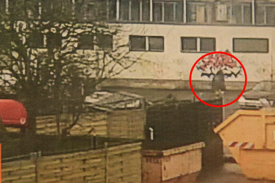 Auf einem Ausdruck zeigt die Polizei die Aufnahmen des Täters.