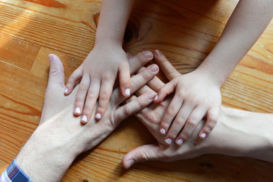 Neben der Wohnungsnot findet auch die Lebenseinstellung Paare oft daran ein Pflegekind aufzunehmen. (Symbolbild)