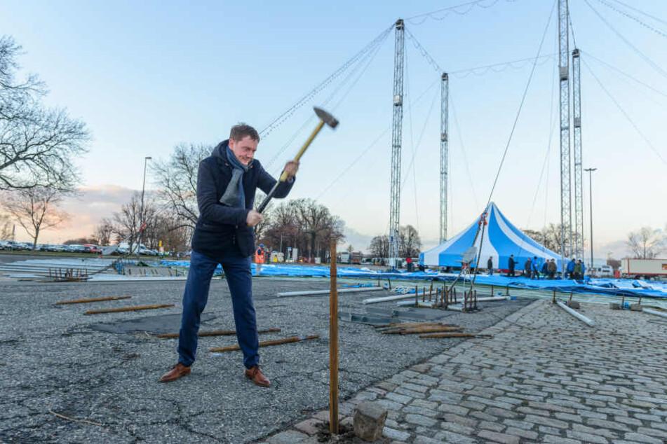 Mit Schmackes und unfallfrei schlägt MP Michael Kretschmer (43) den ersten Anker für das Zelt des 23. Dresdner Weihnachts-Circus ein.