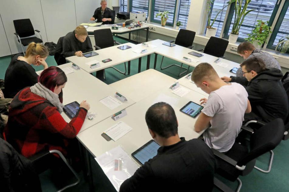 Bei der DEKRA findet eine theoretische Führerscheinprüfung statt.