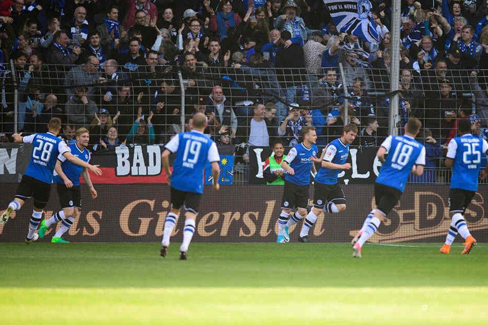 Arminia jubelt über die 1:0-Führung durch Julian Börner.