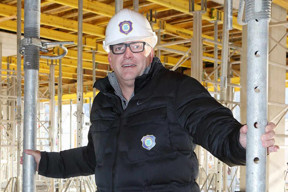 FCE-Geschäftsführer Michael Voigt mit Aue-Helm auf der Stadion-Baustelle.
