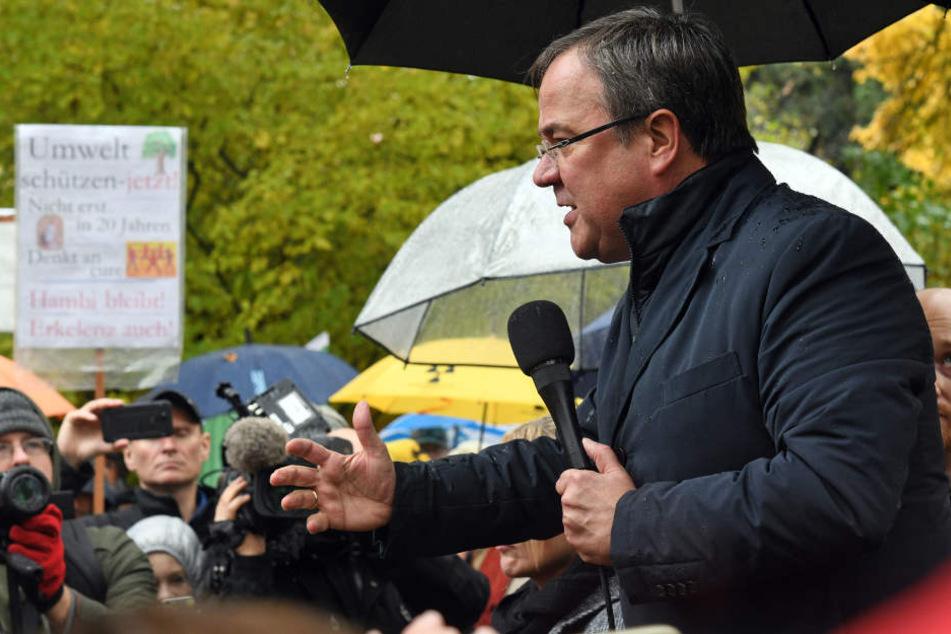 Laschet sprach bei einer Kundgebung zu Teilnehmern eines Dorfspaziergangs durch das Abbruchdorf Erkelenz-Keyenberg.