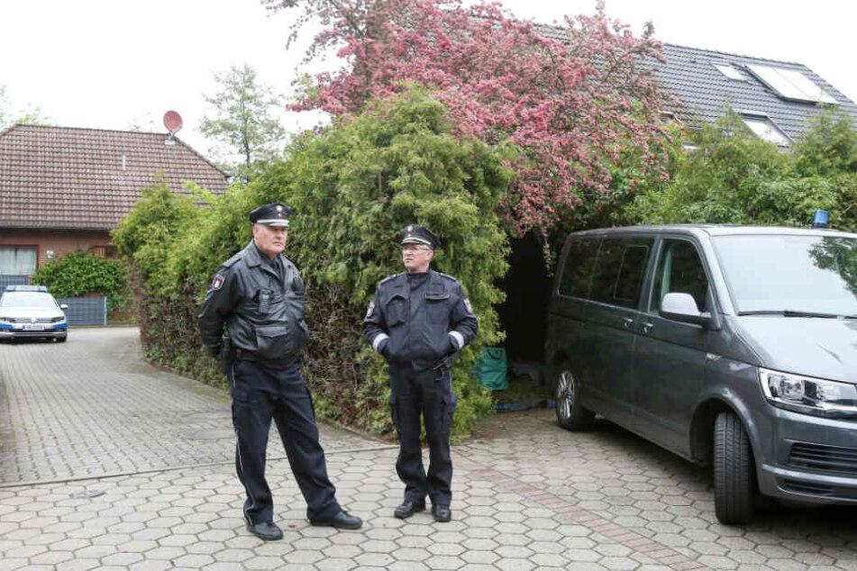 Polizisten sichern nach den tödlichen Schüssen den Tatort.