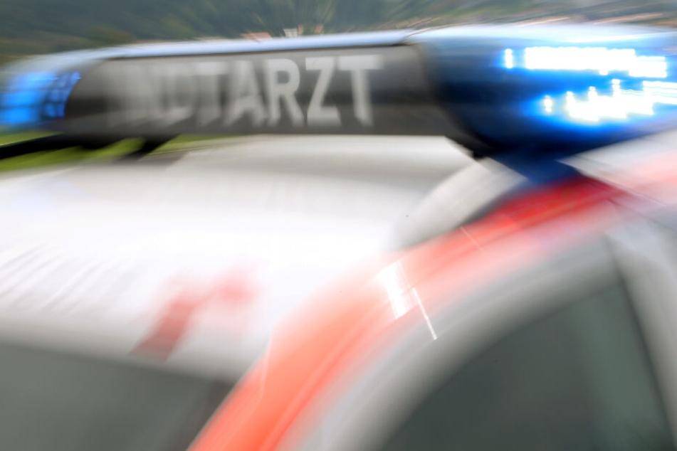 Tödlicher Unfall: Autofahrer (22) kommt mit Wagen auf Gegenspur und kracht in Lkw