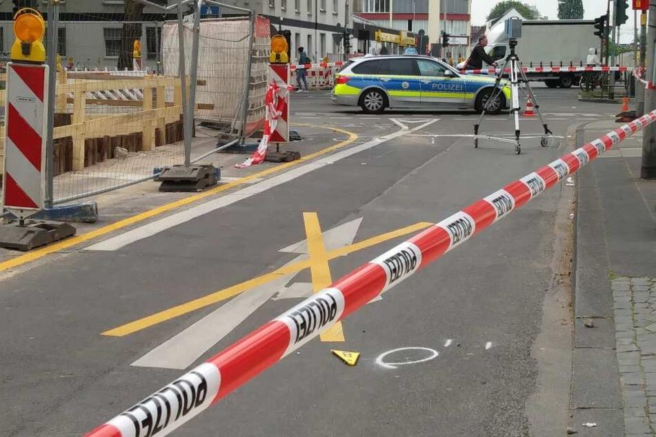 Die Polizei bei der Unfallaufnahme in Köln-Ehrenfeld.
