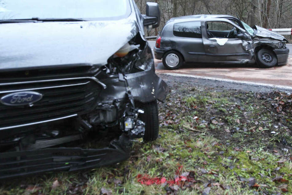 Beide Fahrzeuge wurden durch den Aufprall beschädigt, insbesondere der Peugeot.