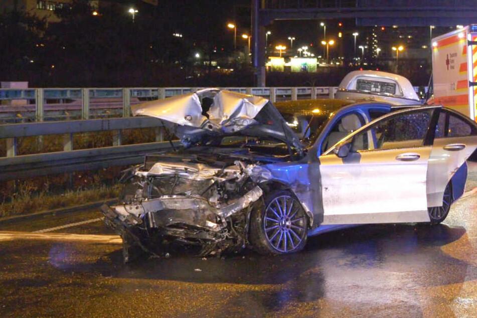 Tödlicher Unfall auf A3 am Flughafen Frankfurt: Mercedes kracht in Skoda, ein Toter