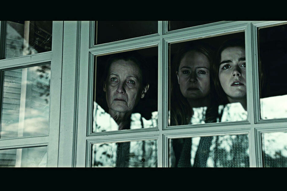 Von rechts: Ally (Kiernan Shipka), Kelly (Miranda Otto) und Lynn (Kate Trotter) beobachten das Geschehen aus trügerischer Sicherheit.