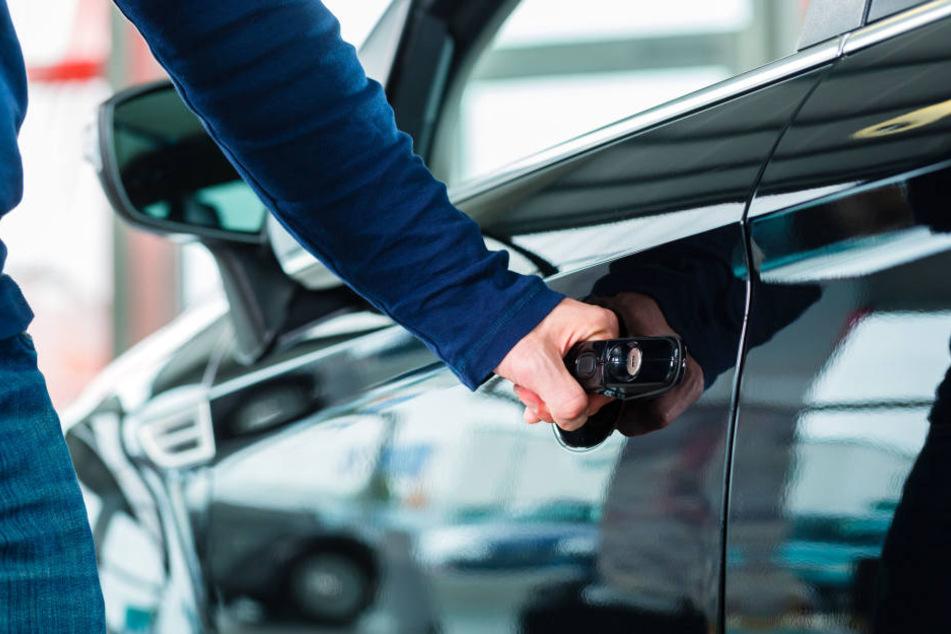 Eine Passantin entdeckte die leblose Person in einem Auto. (Symbolfoto).