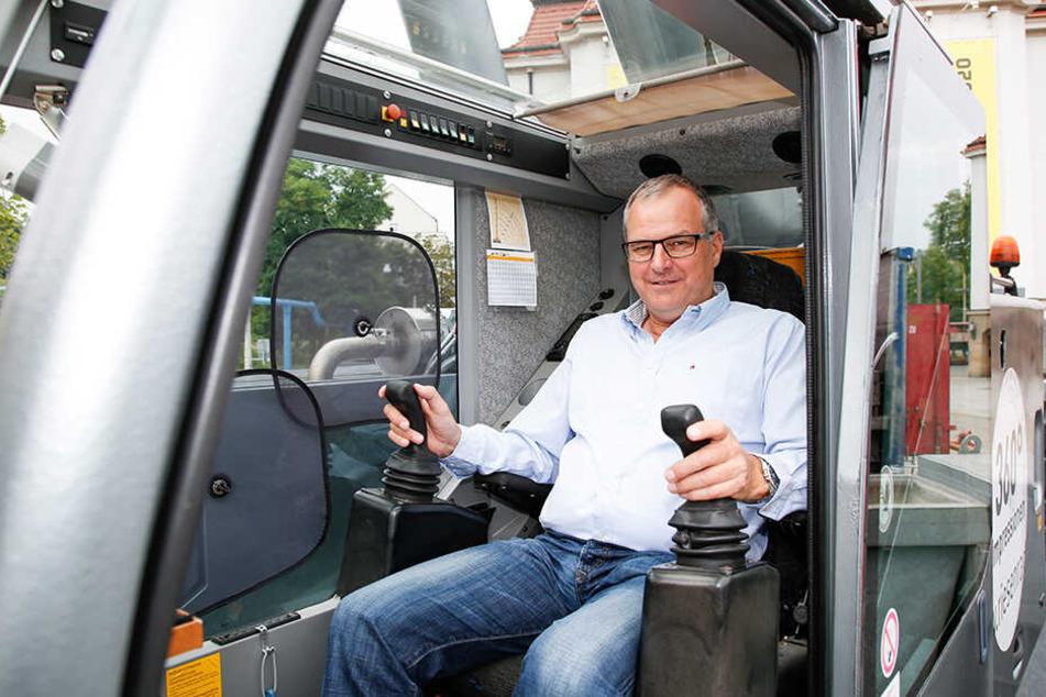 Chef Oscar Bruch (56) ist für den Aufbau extra nach Dresden gekommen.