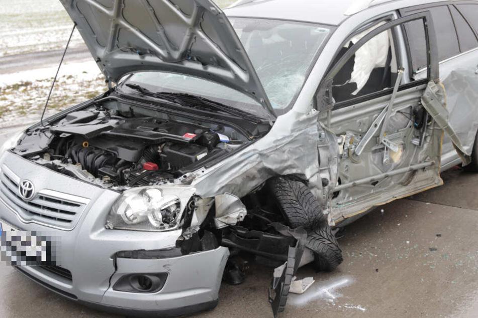 Der Crash zwischen dem Toyota und dem Dacia forderte zwei Leichtverletzte.