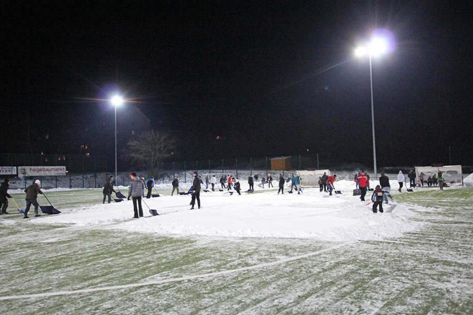 Im Januar 2017 musste der Platz von Lok Zwickau vom Schnee befreit werden.