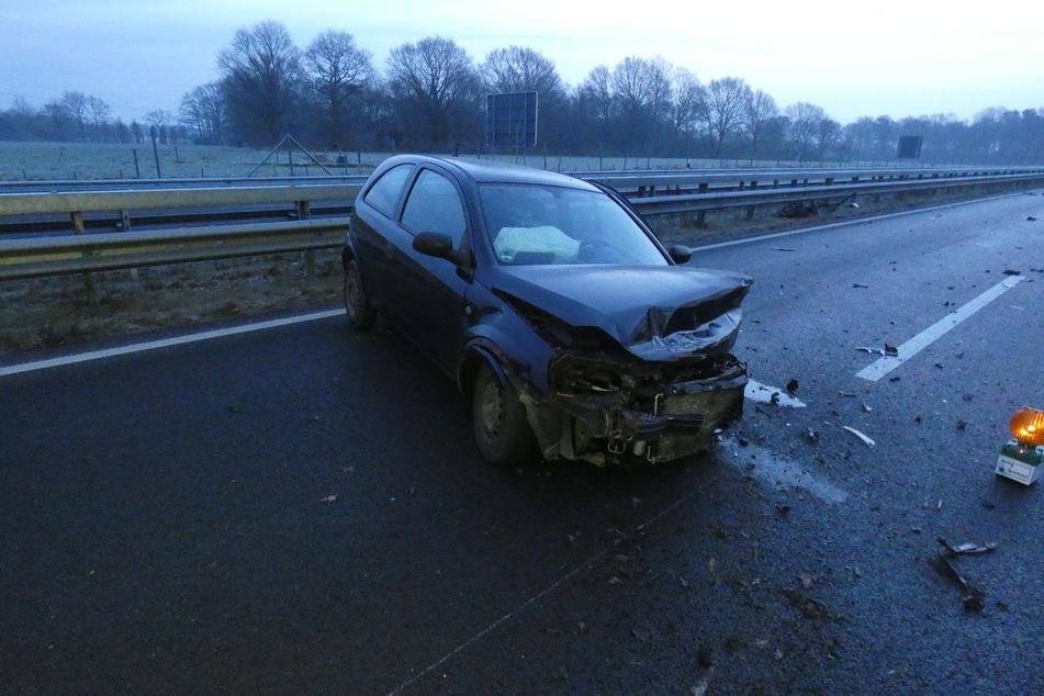 Der Unfallwagen steht quer auf der Fahrbahn.