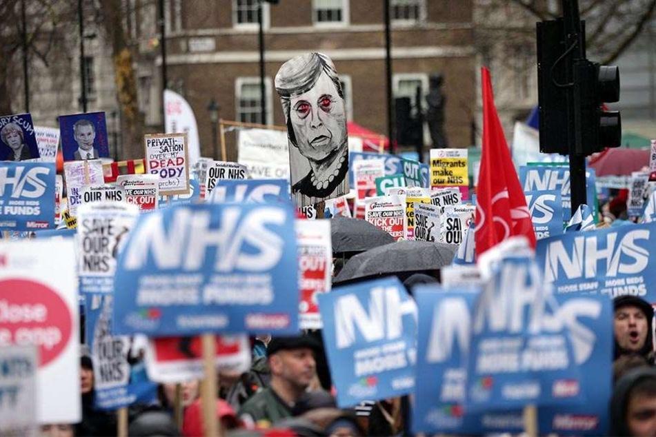 Die Briten fürchten, dass die Regierung den NHS absichtlich vor die Wand fahre, um der Öffentlichkeit ein privates System nach dem Vorbild der USA schmackhaft zu machen.