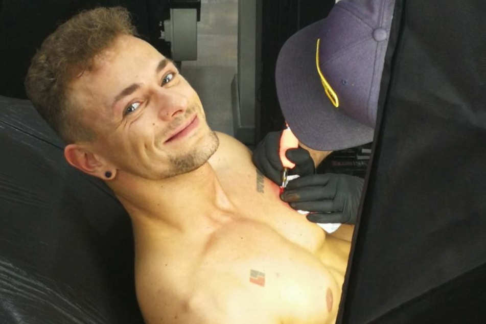 """Am Ende hat Tino ein breites Grinsen auf dem Gesicht. Die nächste Etappe zu seinem Ziel """"lebende Litfaßsäule"""" wurde am Mittwoch gemeistert."""