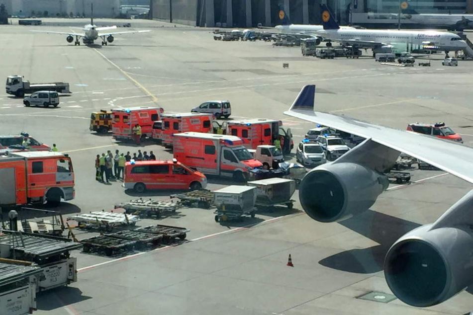 Rettungsfahrzeuge stehen auf dem Vorfeld des Frankfurter Flughafens um sich um die Passagiere zu kümmern.