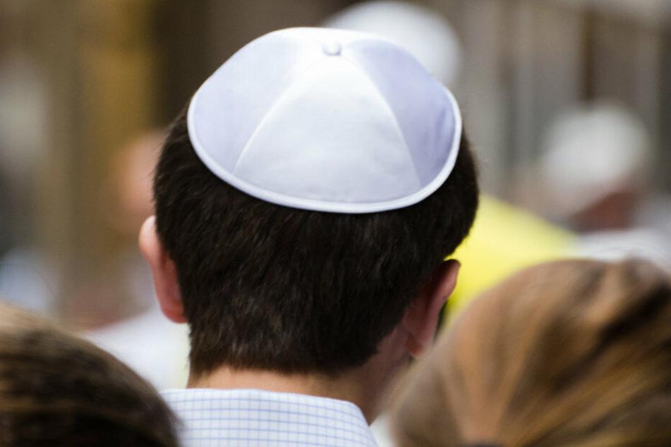 Antisemitischer Angriff: Mann prügelt auf Spaziergänger (70) ein