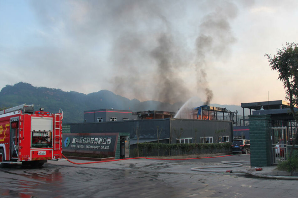 Einsatzkräfte der Feuerwehr löschen den Brand in einem Industriepark.