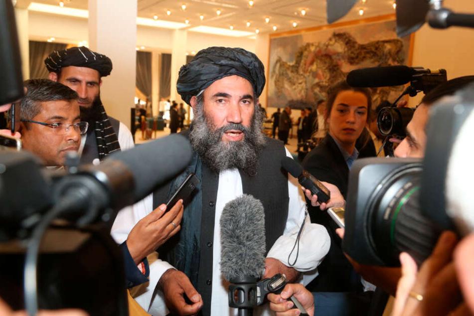 Doha: Mullah Abdul Salam Zaeef (M), Anführer der Taliban, spricht zu Journalisten.