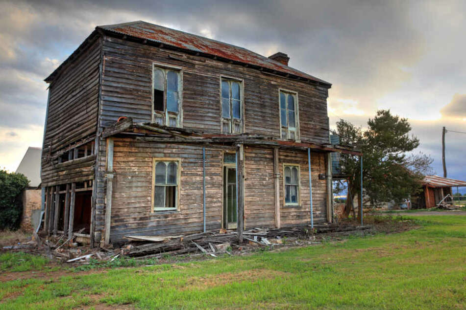 Die 42-Jährige lebte unter schrecklichen Umständen in einem heruntergekommenden Haus. (Symbolbild)