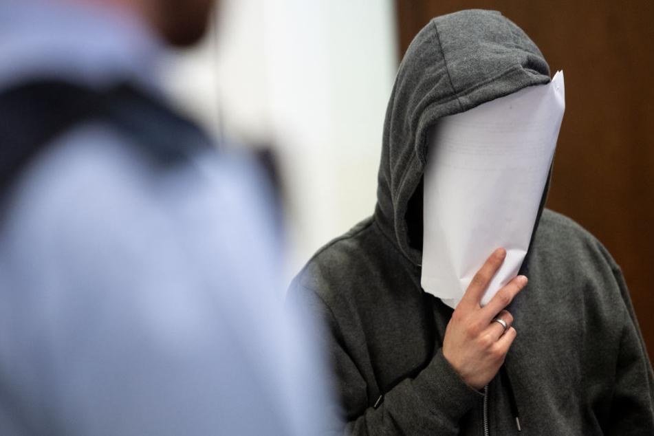 Der mutmaßliche Täter bestreitet vor Gericht den Angriff mit dem Messer.