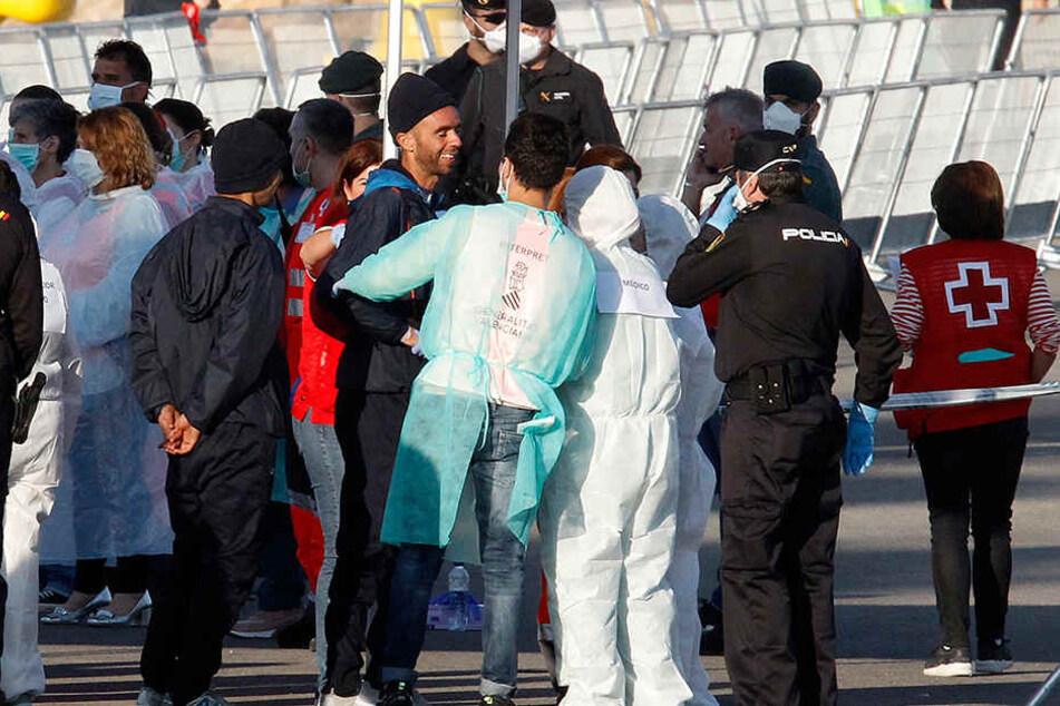 Die aus Seenot geretteten Flüchtlinge kommen mit der Dattilo, einem Schiff der italienischen Küstenwache, im Hafen an.