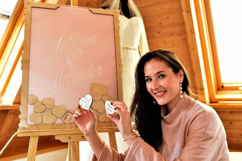 TAG24-Reporterin Isabel Möller (20) hat sich auf zwei Holzherzen verewigt.