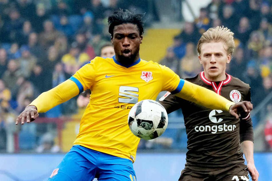 Joseph Baffo (l.) im Trikot von Eintracht Braunschweig im Zweikampf mit St. Paulis Flügelflitzer Mats Möller Daehli.