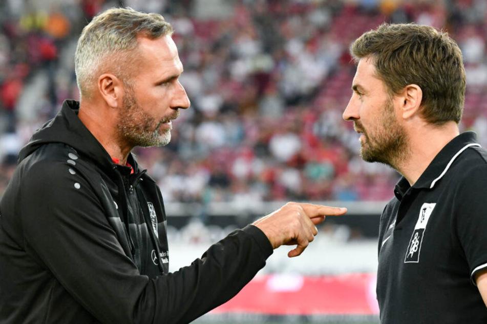 Stuttgarts Cheftrainer Tim Walter (l) spricht mit Bochums Interimstrainer Heiko Butscher.