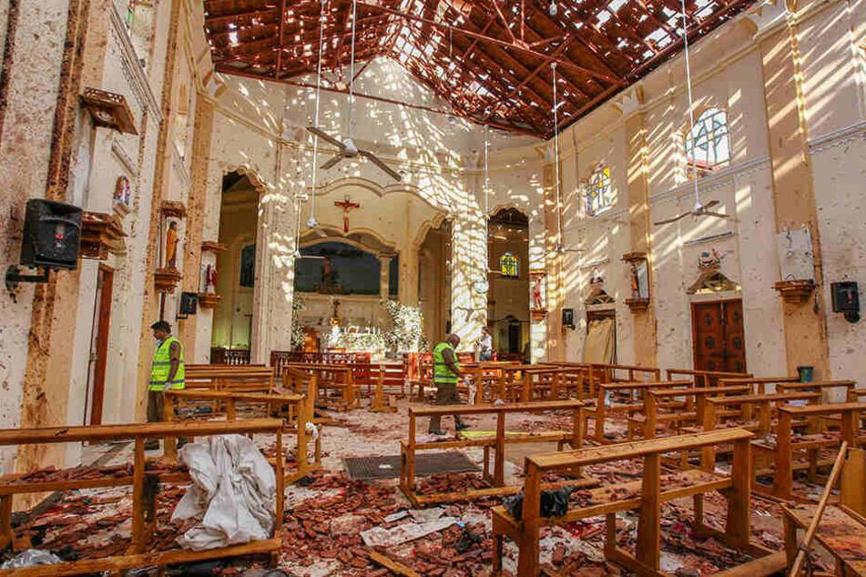 Ein Blick auf den Innenraum der durch eine Explosion beschädigte St.-Sebastians-Kirche nördlich von Colombo.