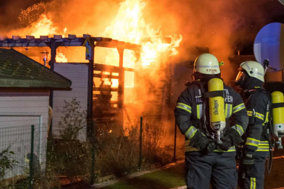 Die Feuerwehrleute konnten dem Brand vorerst nur tatenlos zusehen.