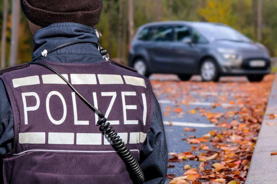 Fotomontage: Als der Anwohner den Innenraum des geparkten Autos genauer betrachtet hatte, rief er umgehend die Polizei (Symbolbild).