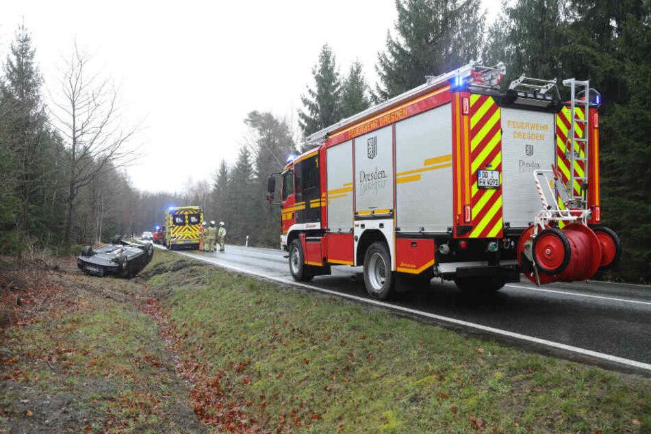 Rettungskräfte kümmerten sich um den verunfallten Fahrer.
