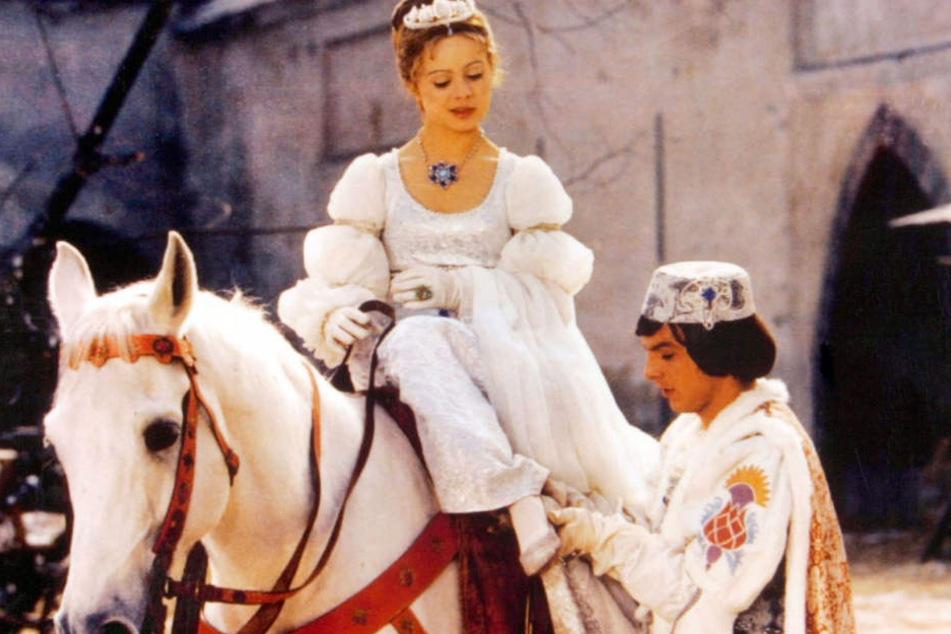 Der Prinz (Pavel Travnicek) bringt Aschenbrödel (Libuse Safrankova) ihren Schuh zurück.