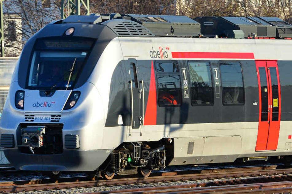 Ein Abellio-Lokführer ist am Mittwochabend auf dem Magdeburger Hauptbahnhof von einem 29-Jährigen mit einem Messer attackiert worden. (Symbolbild)