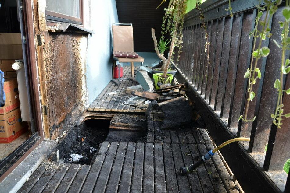 Der Boden des Balkons musste aufgesägt werden, damit die Glutnester gelöscht werden konnten.