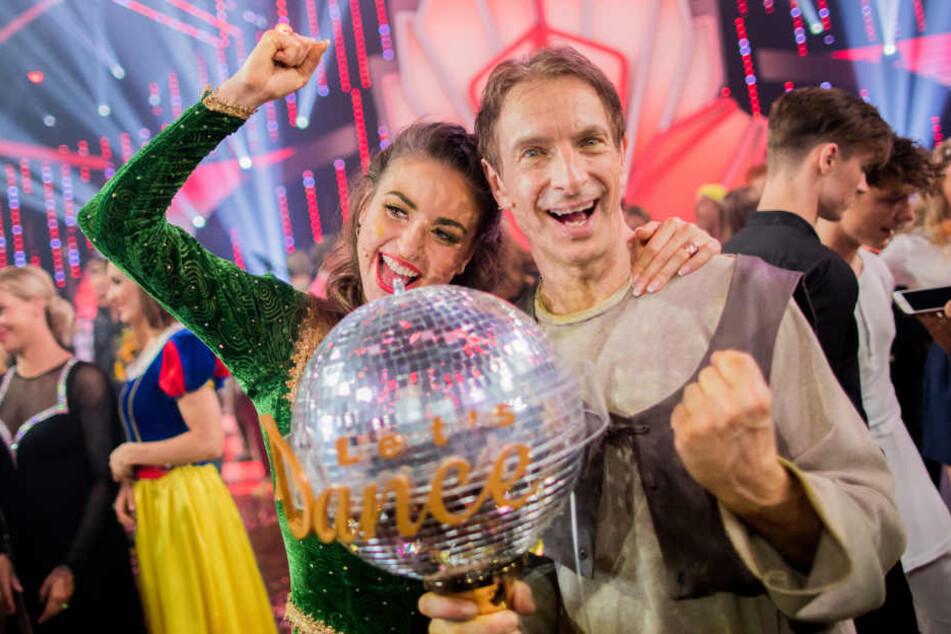 """Können ihr Glück kaum fassen: Ingolf Lück und Ekaterina Leonova sichern sich im """"Let's Dance""""-Finale 2018 den Pokal."""
