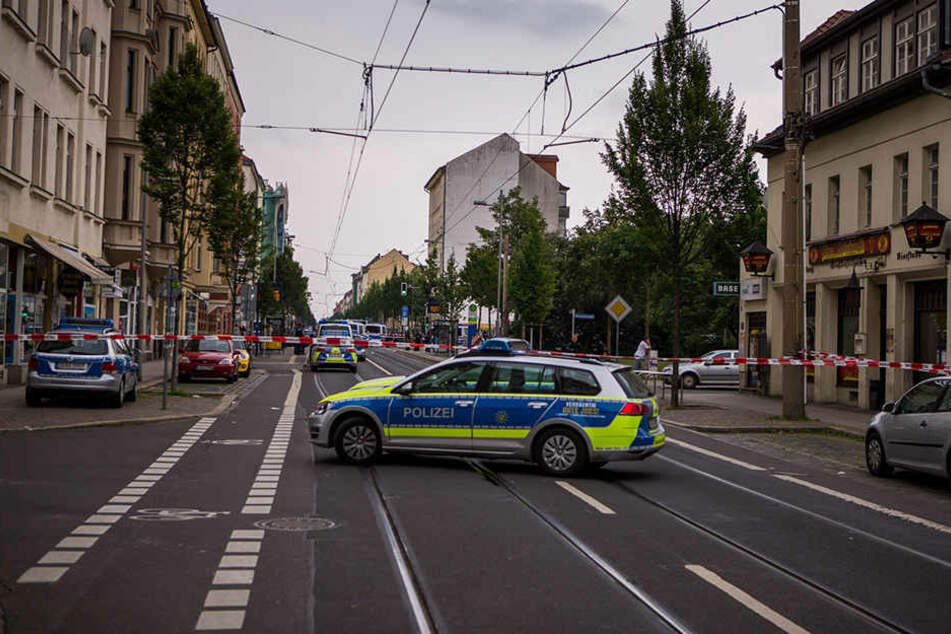 Schießereien, Raubüberfälle, Drogen - die Leipziger Eisenbahnstraße ist Sachsens  kriminellste Straße. Jetzt wurde hier ein Vater mit seinem dreijährigen Kind  überfallen.