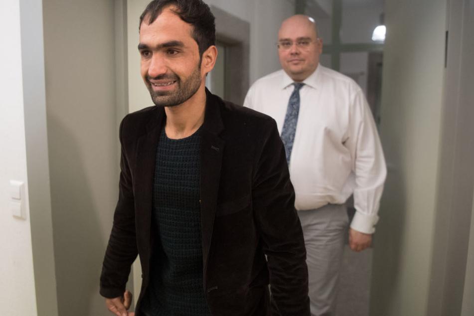 Der Afghane Haschmatullah F. (l) kommt am 14.12.2017 in Tübingen zu einer Pressekonferenz. (Archivbild)