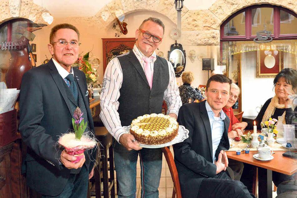 Bernd Warkus (66, l.) und Ullrich Baudis (61) eröffneten ihr neues Café - mit gewohnt leckeren Torten und Kaffee.