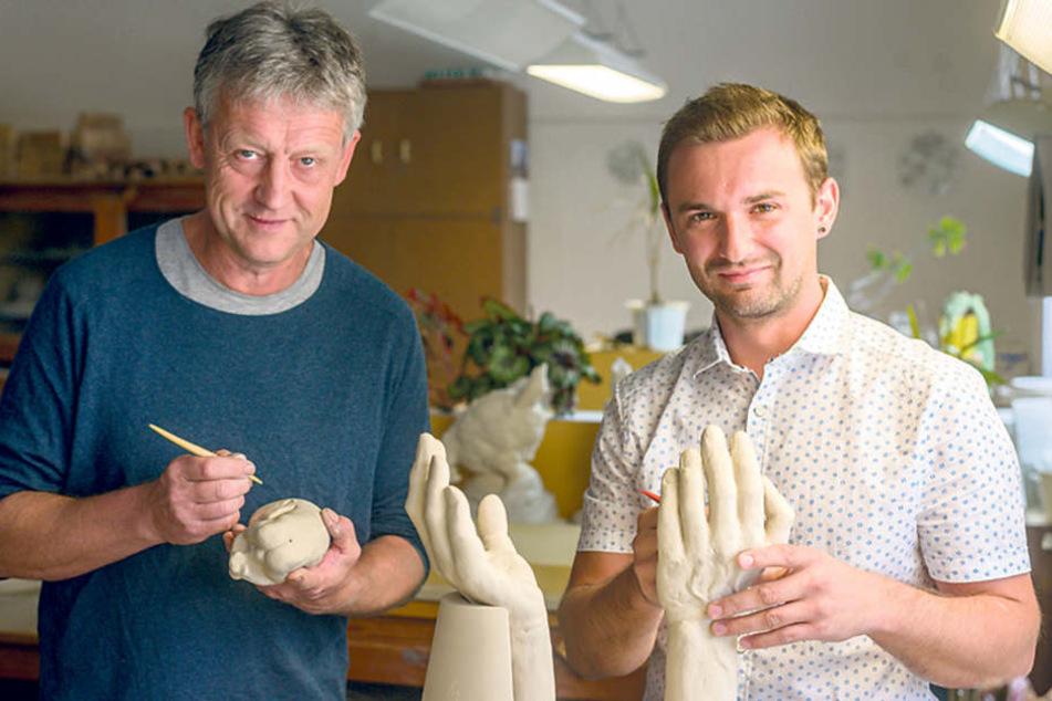 Ulrich Eißner (54, l.) arbeitet mit Bossierer Gerd Rumberger (32) in der  Manufaktur Meissen am Modell des Awards.