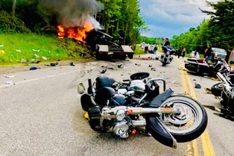 In den Crash waren mehrere Motorräder und ein Lastwagen verwickelt. Die Unfallstelle gleicht einem Trümmerfeld.