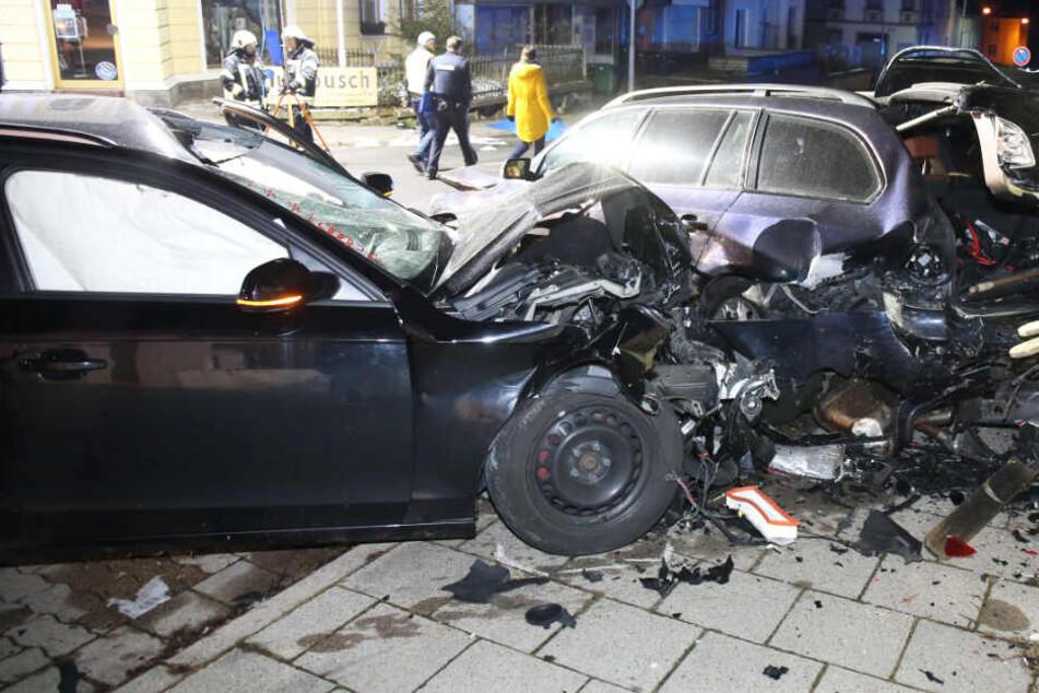 Der Audi-Fahrer ist bei dem Ausweichmanöver mit einem Auto kollidiert.