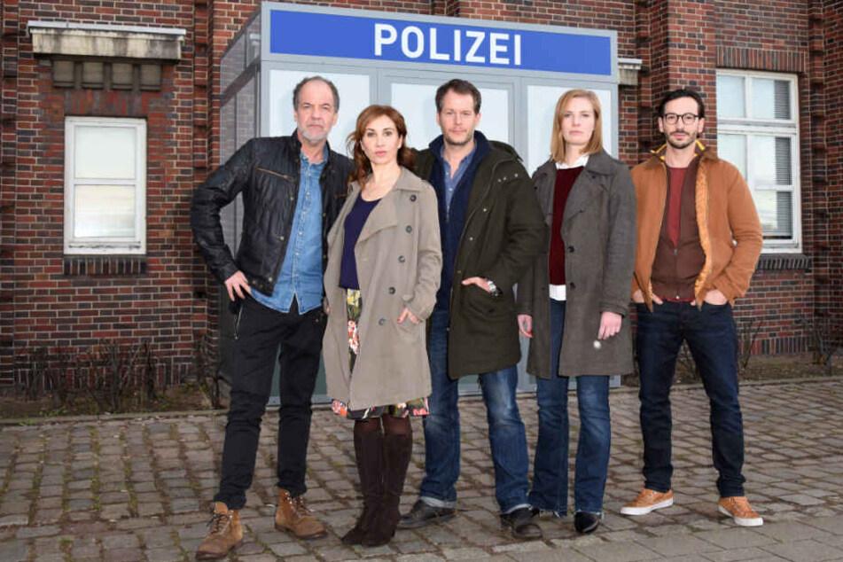 """Die Schauspieler Marek Erhardt (von links nach rechts), Kathrin Angerer, Mirko Lang, Anna von Haebler und Arnel Taci spielen in der ZDF-Serie """"SOKO Hamburg"""" mit."""