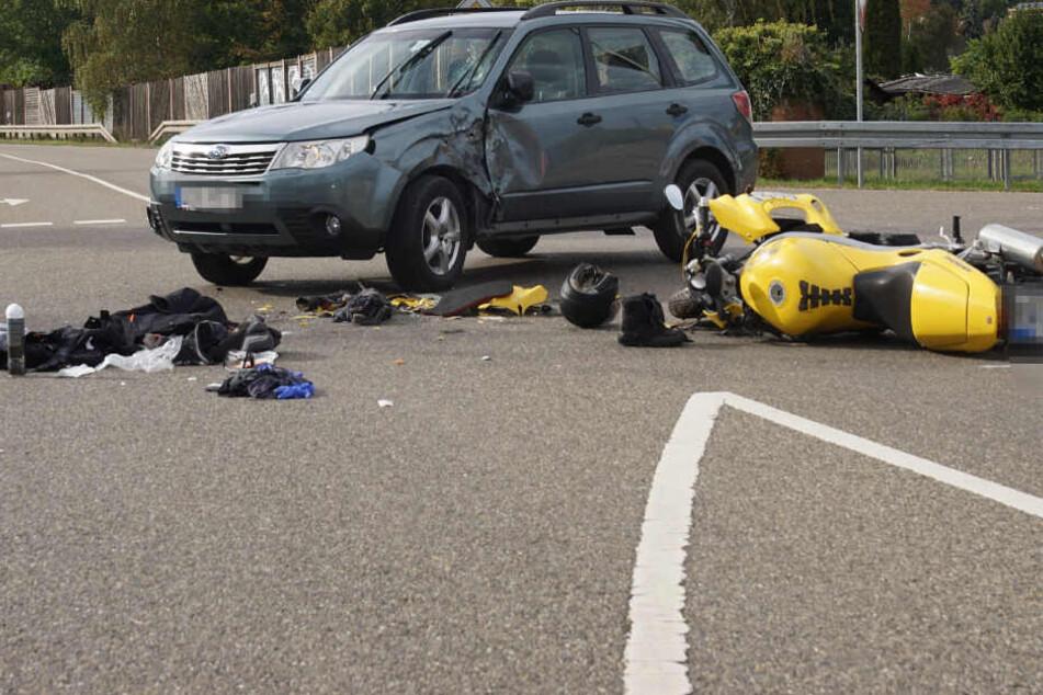 Der Motorrad-Fahrer kracht in den SUV.