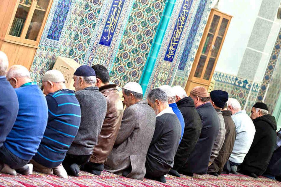 Betende Gläubige in einer Moschee.