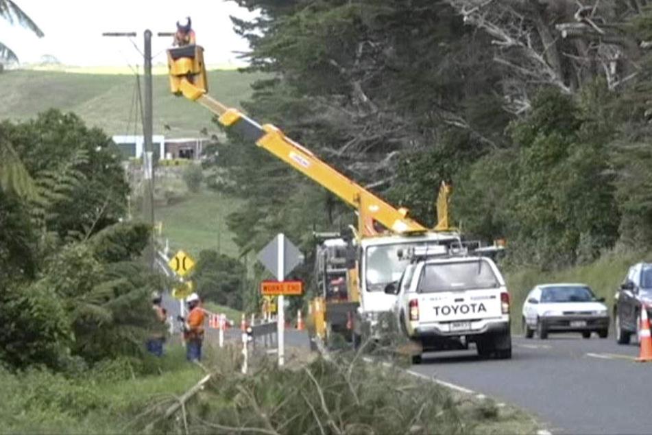 Arbeiter bei der Instandsetzung von Stromleitungen, die durch einen Zyklon stark beschädigt wurden.
