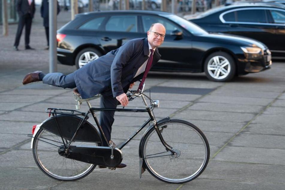 Oliver Schenk (CDU), Chef der Staatskanzlei, kommt anlässlich der Unterzeichnung den Koalitionsvertrags mit einem Fahrrad in den Landtag.