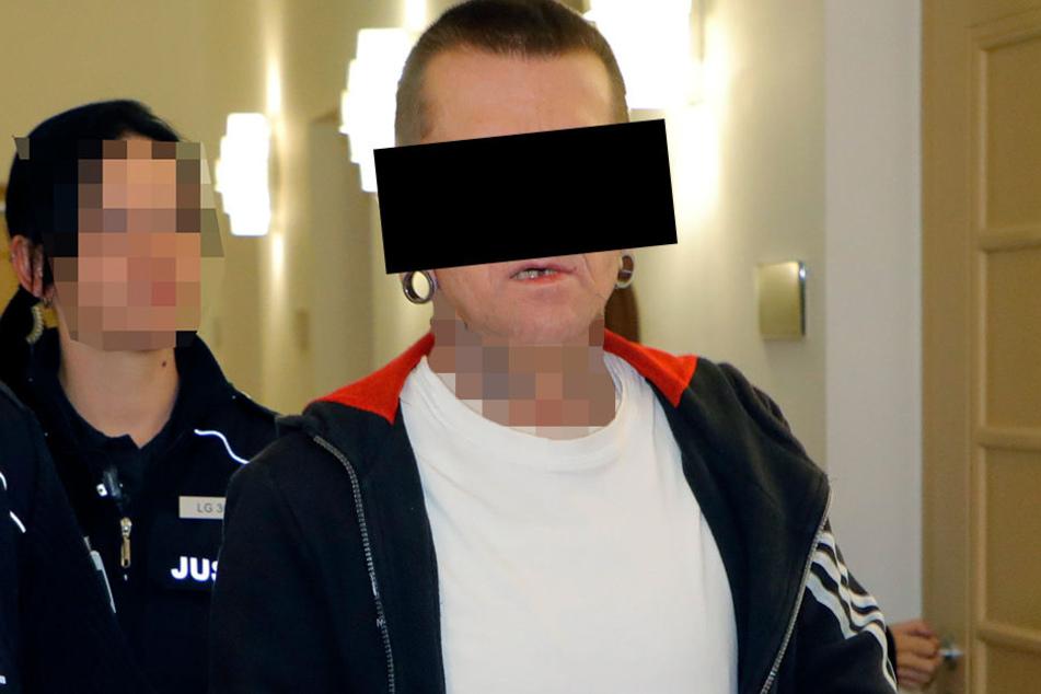 Torsten B. (50) traf seinen Lebensgefährten am Dienstag im Landgericht wieder, sitzt ebenfalls in einer JVA.